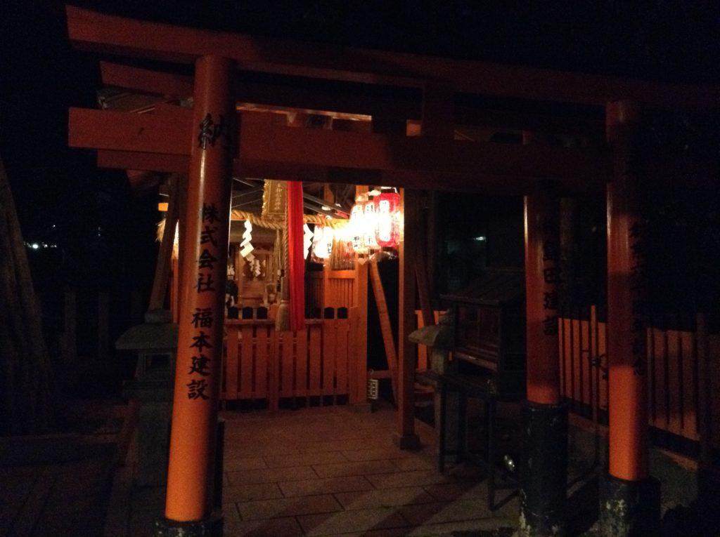 夜の神社の境内